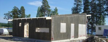 Väggarna till första uthyrningsstugan på plats